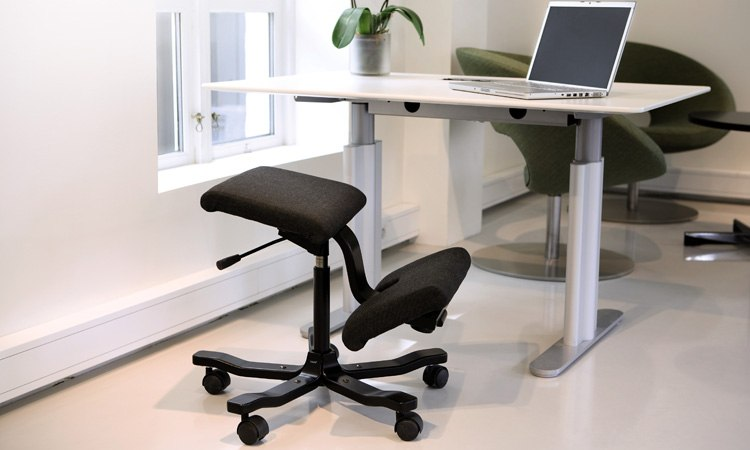 Balance chair Wing | switch from sitting to standing behind your desk | Worktrainer.com