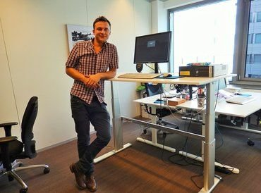 FROM SITTING TO STANDING WITH THE A270 SIT-STAND DESK