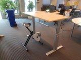 Deskbike achter elektrisch bureau 140 | Deskbike bureaufiets | Fiets je fit achter je bureau | Worktrainer.nl
