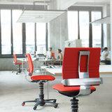 werkplek met beweegstoelen alle accessoires bij je zit-sta bureau koop je online bij Worktrainer.nl