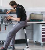 leunend werken  |  beweegkruk | balanskruk | | wissel staan en zitten achter je bureau af | Worktrainer.nl