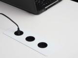 stekkerdoos geintegreerd met bureau | accessoires voor je werkplek bezoek Worktrainer.nl