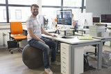 zitten op zitbal | Balanceren achter je bureau | blijf in beweging | Worktrainer.nl