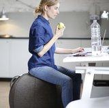 VLUV zitbal op werk   ergonomische zitballen   blijf in beweging op werk   Worktrainer.nl