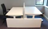 bureau met grote wangen met bureaustoelen