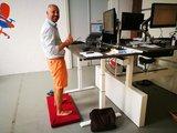 Kybun achter het bureau