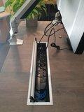 Kabeldoorvoer in gebruik | accessoires voor je werkplek bezoek Worktrainer.nl
