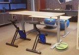 Fitdisc aan Aluforce 110 bureau | balanceren achter je werkplek | Worktrainer.nl